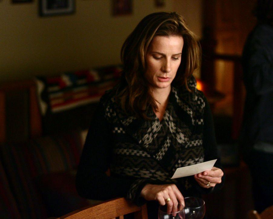 Beim Essen zeigt Sarah (Rachel Griffiths) der Familie ein Kinderfoto, welches sie auf dem Dachboden der Ranch gefunden hat, doch komischerweise erke... - Bildquelle: Disney - ABC International Television