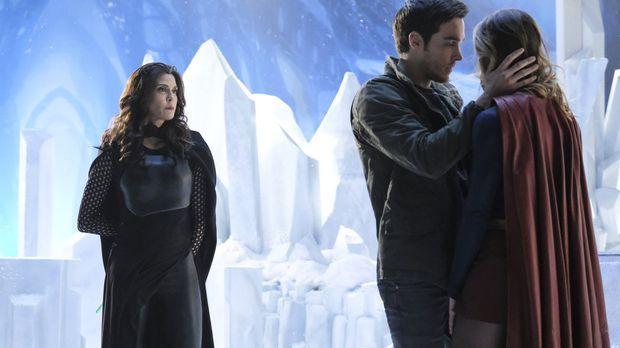 Muss Kara (Melissa Benoist, r.) vor seiner unberechenbaren Mutter (Teri Hatch...
