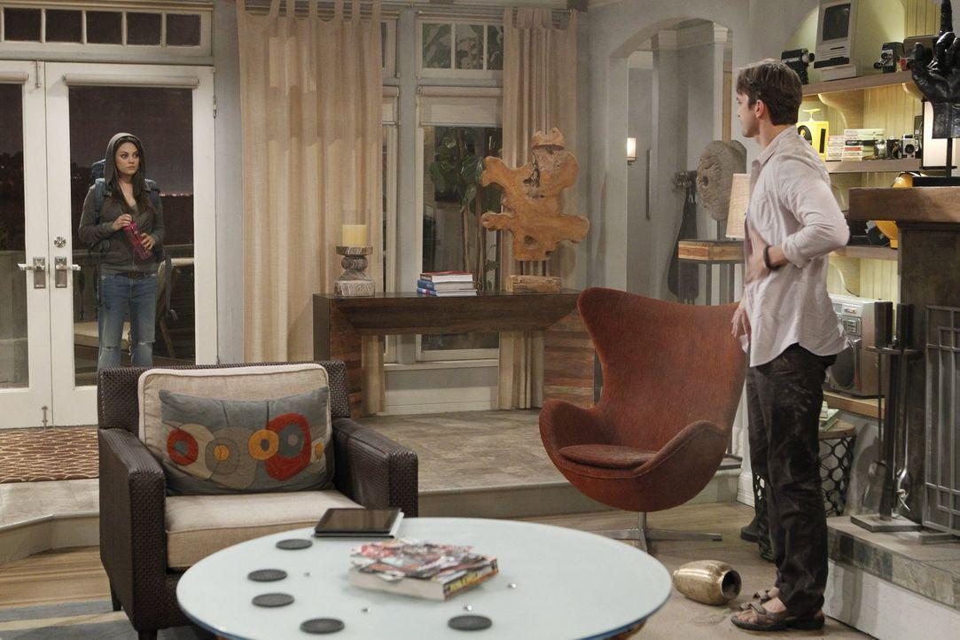 Nachdem Walden (Ashton Kutcher, r.) Jennys verstorbenen Vater um ein Zeichen des Himmels gebeten hat, kracht ein Blitz vom Himmel und eine schöne Un... - Bildquelle: Warner Brothers Entertainment Inc.