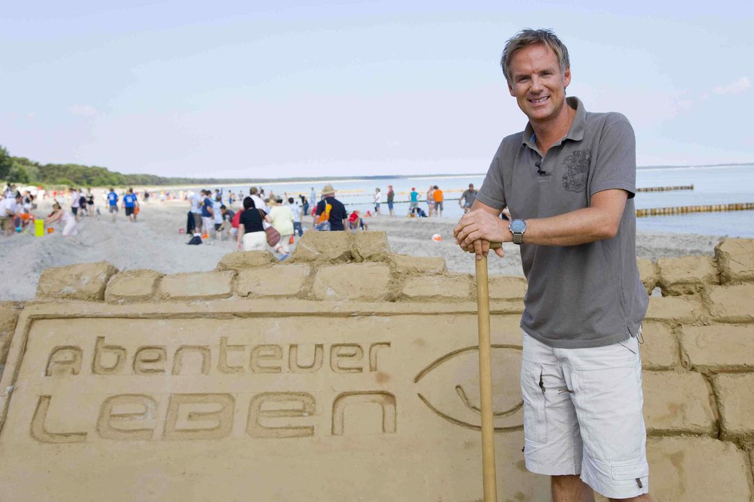 """Es ist ein Rekord von gigantischem Ausmaß: """"Abenteuer Leben"""" will gemeinsam mit seinen Zuschauern die längste Sandburg der Welt bauen. Moderator C... - Bildquelle: kabel eins"""