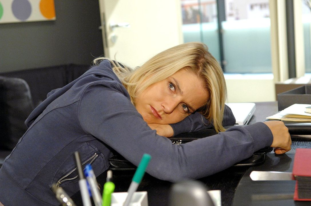 Anna (Jeanette Biedermann) ist frustriert, weil sie von Jonas missverstanden wird. - Bildquelle: Claudius Pflug Sat.1