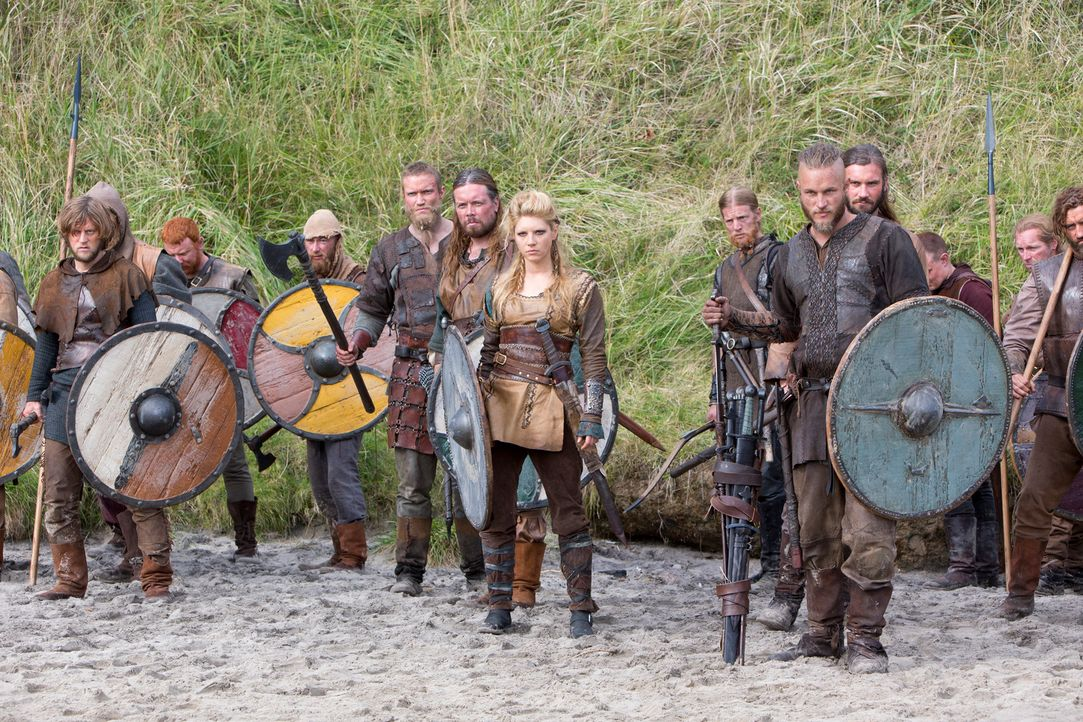 Nachdem Ragnar Lothbrok (Travis Fimmel, r.), Ehefrau Lagertha (Katheryn Winnick, 2.v.r.) und die Wikinger es geschafft haben, den ersten Widerstand... - Bildquelle: 2013 TM TELEVISION PRODUCTIONS LIMITED/T5 VIKINGS PRODUCTIONS INC. ALL RIGHTS RESERVED.