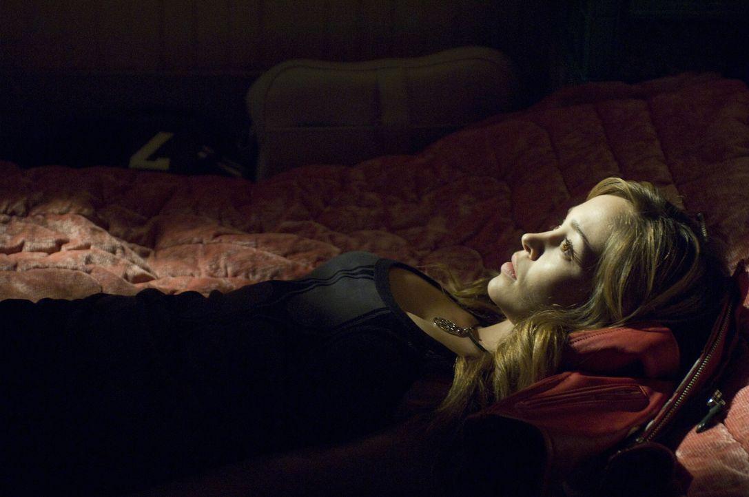 Lässt sich mit einem Blutsauger ein: Nicole (Autumn Reeser) ... - Bildquelle: Warner Brothers