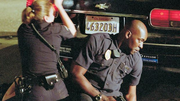 Officer Danny Sofer (Catherine Dent, l.) und Officer Julian Lowe (Michael Jac...