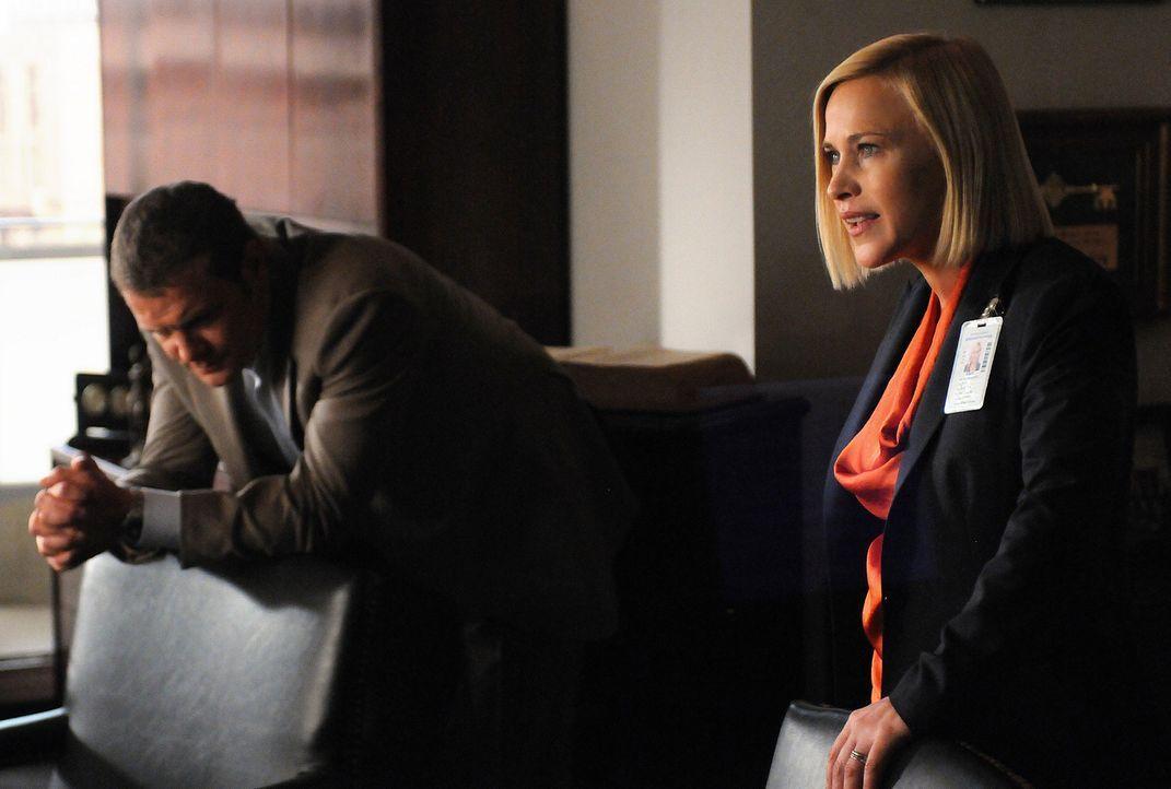Allison (Patricia Arquette, r.) ist sich sicher, dass ein Terrorangriff bevorsteht, doch Lee (David Cubitt, l.) fällt es schwer, mit der Information... - Bildquelle: Michael Yarish 2010 CBS BROADCASTING INC. All Rights Reserved.