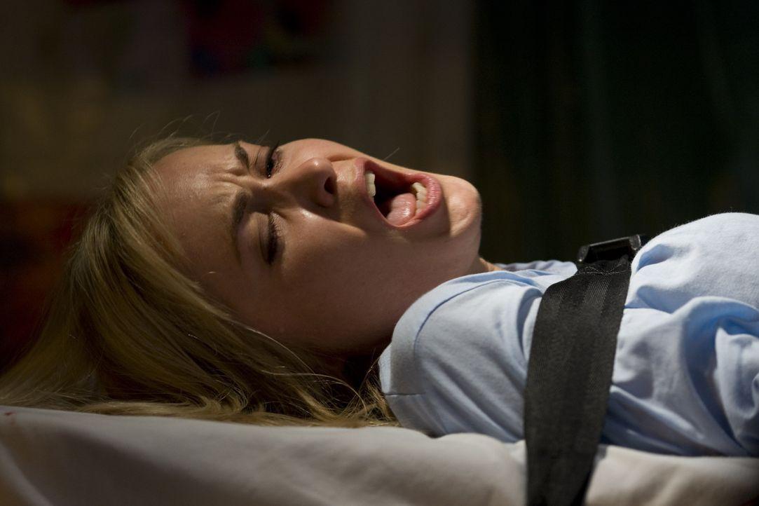Weil Sheriff Duttens schwangere Frau Judy (Radha Mitchell) Fieber hat, landet sie auf der Station der Irregewordenen. Als diese beginnen, jeden zu e... - Bildquelle: Saeed Adyani 2010, Overture Films, Participant media, Imagenation Abu Dhabi