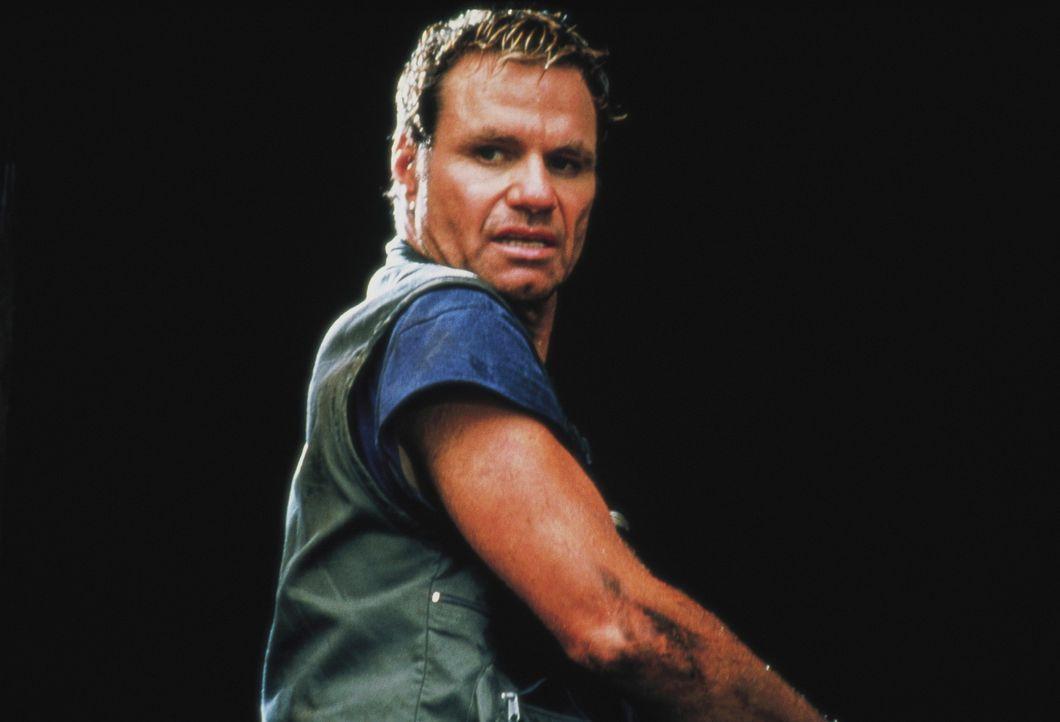 Nach einem Flugzeugabsturz in den Everglades muss sich Roland (Martin Kove) mit einem riesigen Krokodil herumärgern ... - Bildquelle: Nu Image