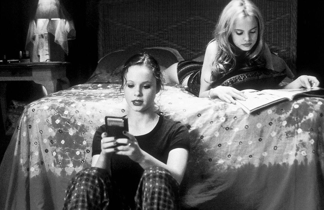 Als sich Janes (Thora Birch, l.) von der Midlife-Crisis geplagter Vater in ihre Freundin Angela (Mena Suvari, r.) verliebt, kommt es zu einem vollst... - Bildquelle: Lorey Sebastian TM+  1999 DreamWorks LLC. All Rights Reserved.