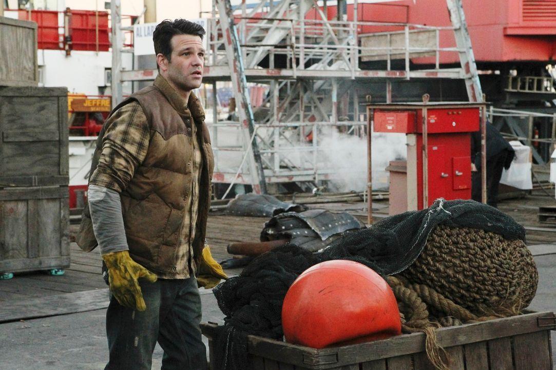Der Hafenarbeiter Grant Vyro (Nathaniel Marston) verhält sich sehr seltsam und zieht damit die Aufmerksamkeit von Beckett und ihrem Team auf sich. - Bildquelle: 2010 American Broadcasting Companies, Inc. All rights reserved.