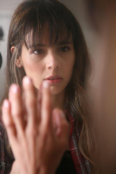 Fabiana (Martina García) ahnt nicht, dass sich jenseits des Spiegels ihre gefährlichste Feindin befindet ... - Bildquelle: Twentieth Century Fox Film Corporation. All rights reserved.