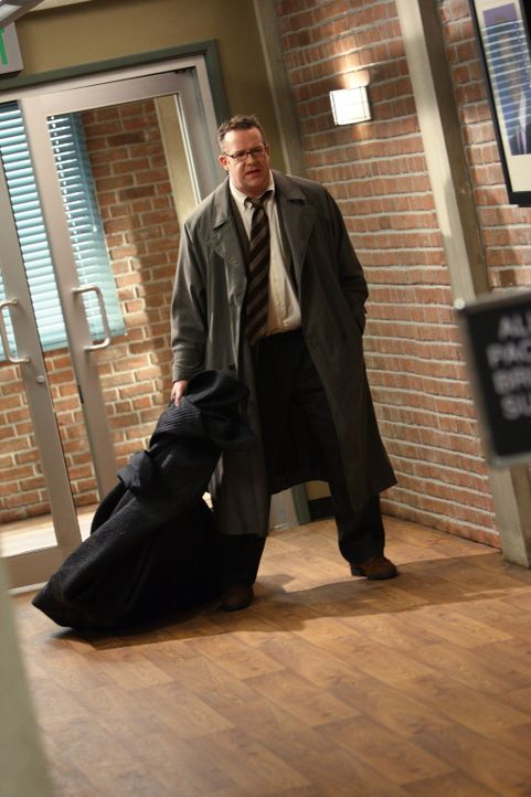 Der unter Hypnose stehende Carl (Chris Tallman), bringt die Leiche von Mary Beth Hendrix in einem Sack in die CBI-Zentrale. Patrick und sein Team mü... - Bildquelle: Warner Bros. Television