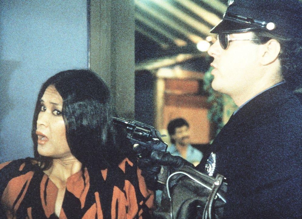 Brutal fordert der Gangster die Besitzerin eines Schönheitssalons auf, ihr das Geld aus der Kasse zu übergeben. - Bildquelle: ORION PICTURES CORPORATION. ALL RIGHTS RESERVED.
