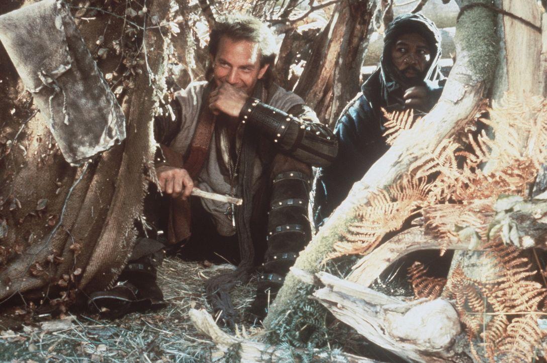 Weil Robin (Kevin Costner, l.) einst dem Mohren Azeem (Morgan Freeman, r.) das Leben rettete,  begleitet dieser Robin nach England und kämpft mit i... - Bildquelle: WARNER BROS.
