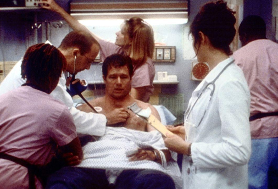 Als durchtrainierter Sportler kann Mr. Munder (Jo Nell Kennedy, M.) nicht glauben, dass ausgerechnet er einen Herzinfarkt erlitten habe. Doch für D... - Bildquelle: TM+  2000 WARNER BROS.