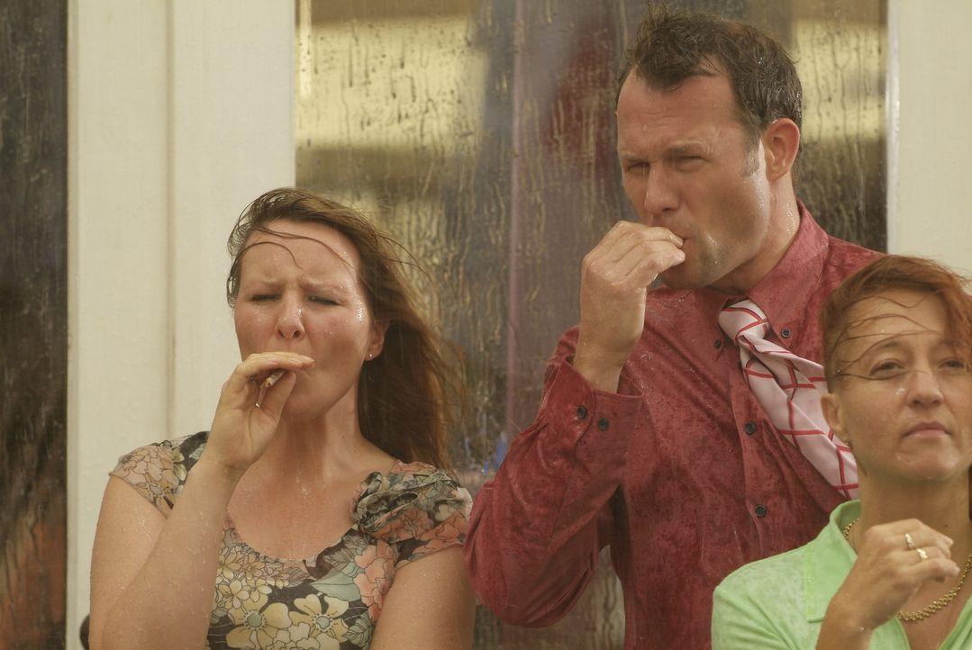 Raucher treffen sich mittlerweile immer häufiger vor Büros, Lokalen oder Kinos als darin! Für ihren Genuss nehmen sie halt so einiges in Kauf. Ho... - Bildquelle: Sat.1