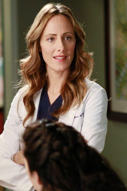 Teddy (Kim Raver, hinten) wird zu einem Notfall gerufen. Als sie den Behandlungsraum betritt, sieht sie, wie Cristina (Sandra Oh, vorne) gerade Henr... - Bildquelle: ABC Studios