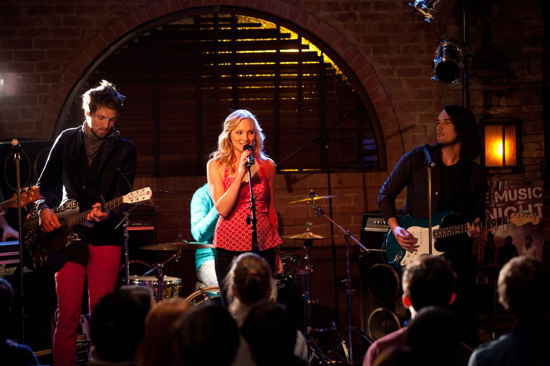 Die Band mit Sängerin Caroline (Candice Accola, M.) heizt dem Publikum richtig ein! - Bildquelle: Warner Brothers