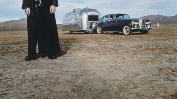 Aaron Quicksilver (Christopher Lloyd) ist mit seinem Rolls Royce und Wohnwage...