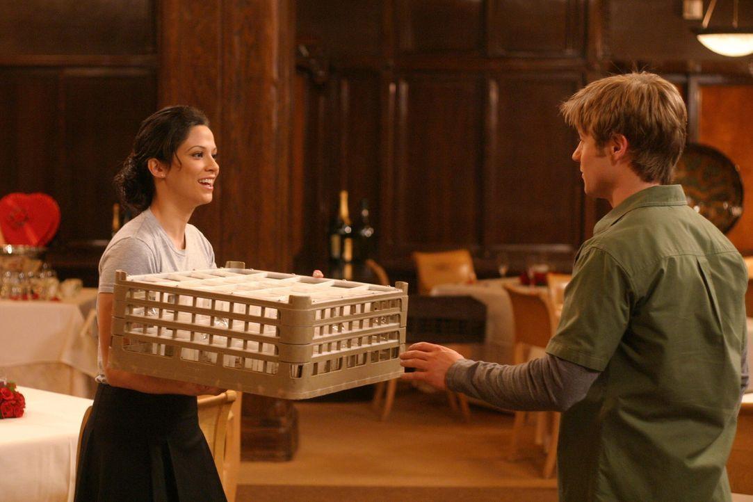 Die Situation spitzt sich zu, als Ryans (Benjamin McKenzie, r.) Ex-Freundin Theresa (Navi Rawat, l.) aus Chino in Newport auftaucht ... - Bildquelle: Warner Bros. Television