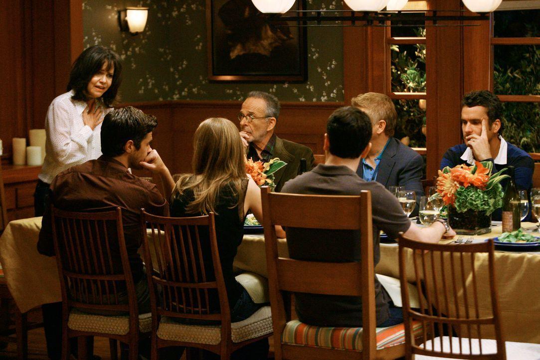 Wutausbruch: Kevin schnappt Nora (Sally Field, l.) das Haus, das sie für ihr Familienzentrum ersteigern wollte, gnadenlos weg ... - Bildquelle: 2008 ABC INC.