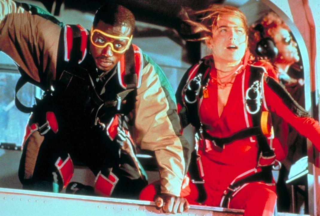 Widerwillig führt Fallschirmspringerin Jessie Crossman (Yancy Butler, r.) den US-Marshall Pete Nessip (Wesley Snipes, l.) in die Fallschirmspringer-... - Bildquelle: Paramount Pictures