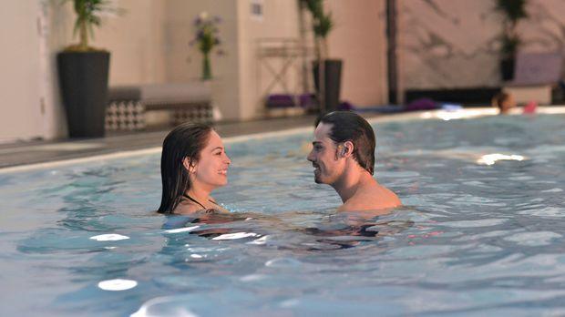 Gönnen sich schöne Stunden im Hotelpool: Catherine (Kristin Kreuk, l.) und Vi...
