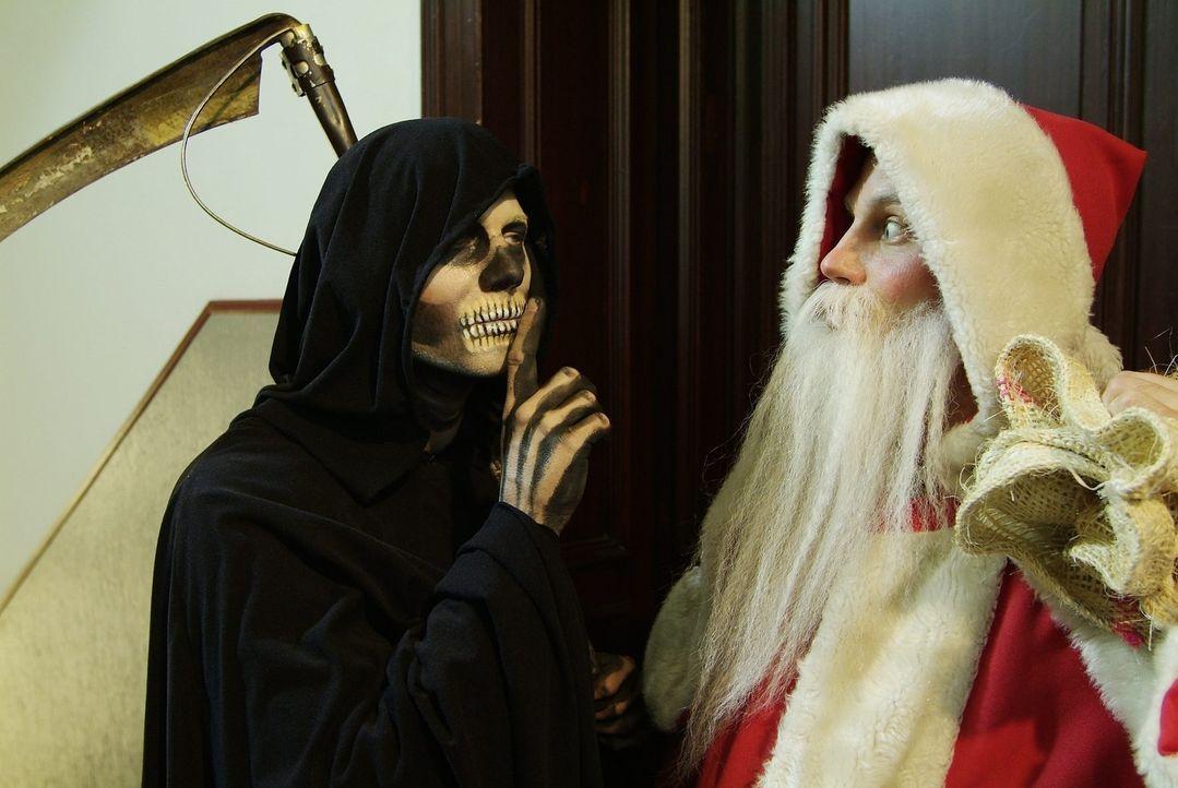 In was für einer Zeit leben wir denn? Da macht der Tod doch gemeinsame Sache mit dem Weihnachtsmann! Wem soll man denn da noch vertrauen...  v.l.n.... - Bildquelle: Sat.1