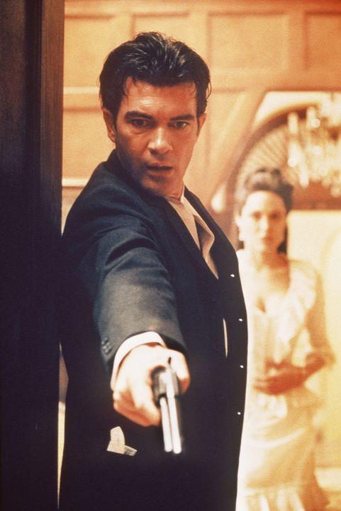 Bald findet sich Luis Antonio Vargas (Antonio Banderas, l.) in einem mörderischen Strudel wieder.... - Bildquelle: Metro-Goldwyn-Mayer Distributing Corporation
