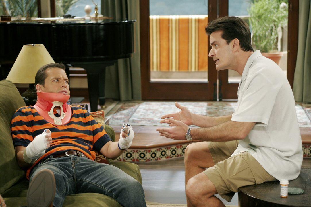 Alan (Jon Cryer, l.) stürzt beim Versuch, die Satellitenschüssel seines Bruders Charlie (Charlie Sheen, r.) auszurichten, vom Dach und verletzt sich... - Bildquelle: Warner Brothers Entertainment Inc.