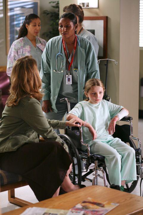 Sowohl die Pflegemutter (Stephanie Erb, l.), als auch die Krankenschwester (Linda Eve Miller, M.) können nicht glauben, dass Megan (Abigail Breslin,... - Bildquelle: Touchstone Television