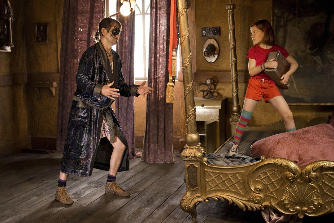Lilli (Alina Freund, r.) hat alle Hände voll zu tun, denn der oberfiese Zauberer Hieronymus (Ingo Naujoks, l.) ist im Anmarsch, um das Hexenbuch an... - Bildquelle: Marco Nagel Disney
