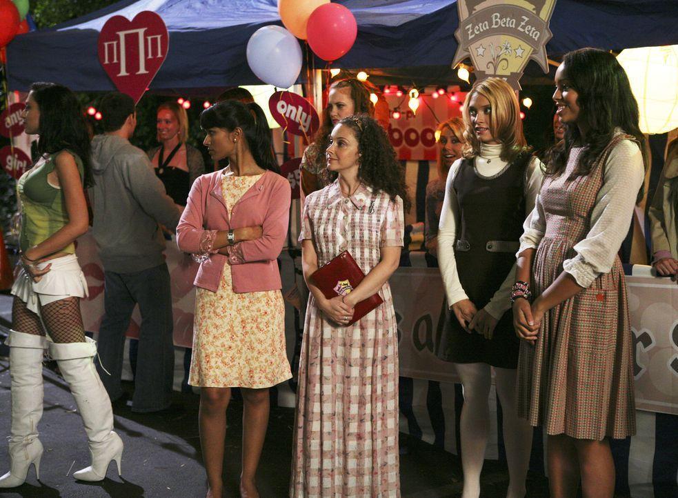 Der Jahrmarkt ist im vollen Gange, doch nur bei Rebecca (Dilshad Vadsaria, l.), Lizzi (Senta Moses, 2.v.l.), Casey (Spencer Grammer, 2.v.r.) und Ash... - Bildquelle: ABC Family