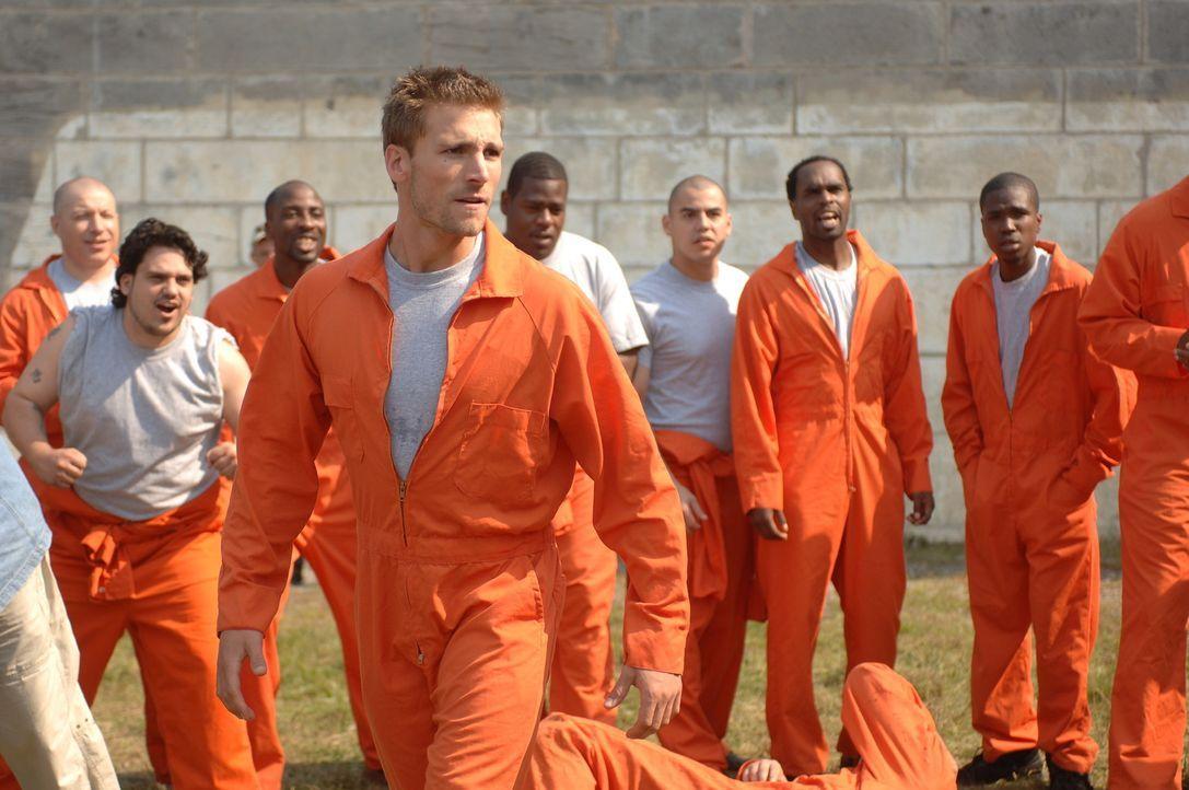 Wird immer wieder von anderen Häftlingen zu Schlägereien provoziert: Jack Carlson (Andrew Walker, vorne) ... - Bildquelle: INCENDO ABDUCTED PRODUCTION INC: ALL RIGHTS RESERVED