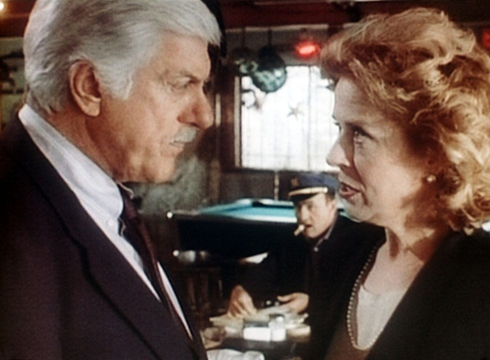 Dr. Sloan (Dick Van Dyke, l.) missfallen Gretchen McCords (Holland Taylor, r.) Methoden, Steuersündern auf die Spur zu kommen.