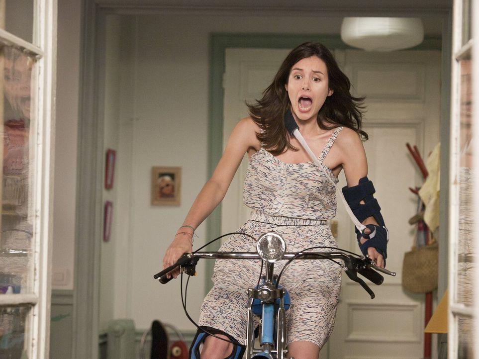 Das gut gemeinte Geschenk Paolos sorgt bei Cécile (Louise Monot) für den nächsten Unfall ... - Bildquelle: Warner Bros.
