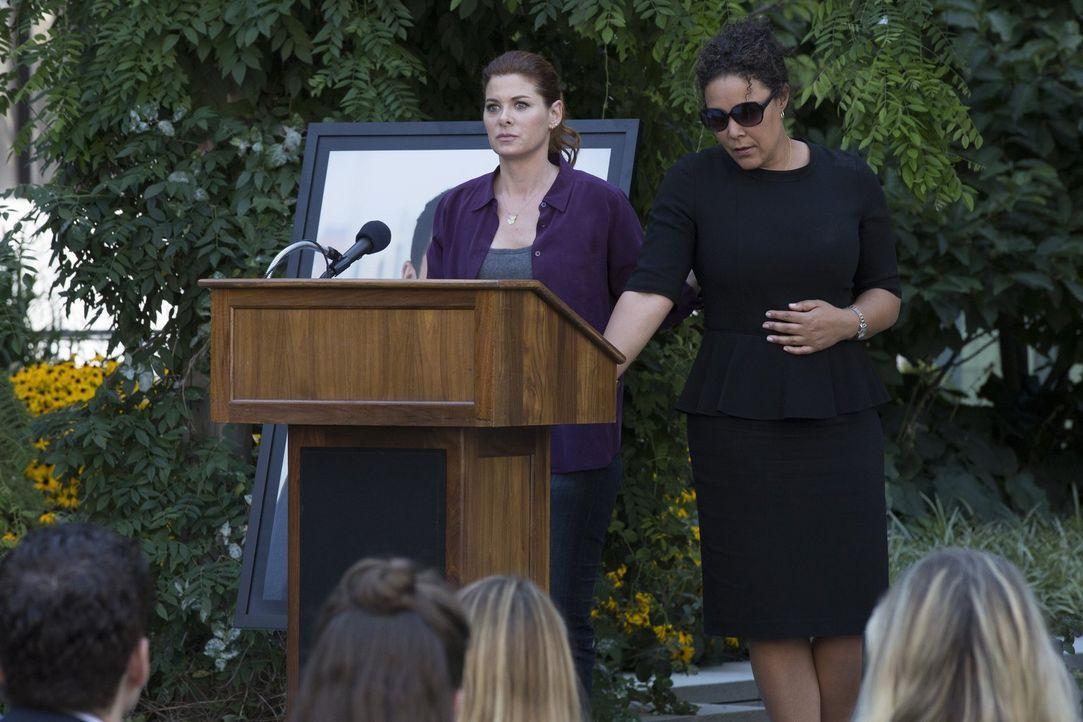 Laura (Debra Messing, l.) hat die Vermutung, dass der Mörder bei der Beerdigung auftauchen wird. Deshalb hat sie die Mutter des Opfers (Linda Powell... - Bildquelle: 2015 Warner Bros. Entertainment, Inc.