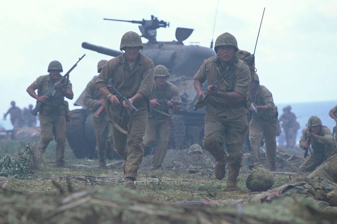 Angeführt von Sergeant Henderson (Christian Slater, l.) und dem indianisch-stämmigen Marine Whitehorse (Roger Willie, r.)  wagen sich die Soldaten i... - Bildquelle: 2002 METRO-GOLDWYN-MAYER PICTURES INC.. All Rights Reserved