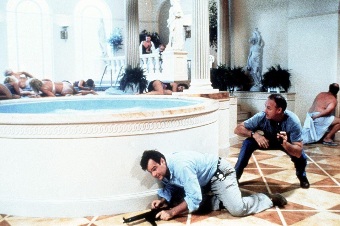 Der Job als Polizist hat für Mac (Gene Hackman, r.) und Ellis (Dan Aykroyd, l.) auch seine angenehmen Seiten ... - Bildquelle: TriStar Pictures