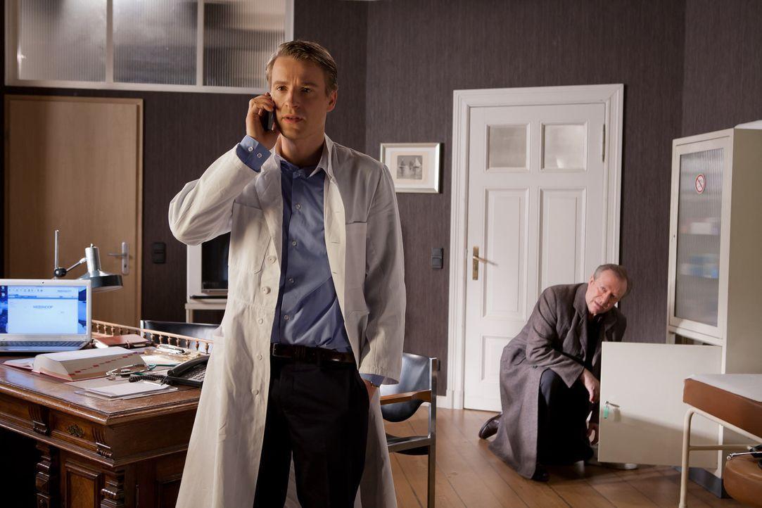 Während Harry (Gerhard Garbers, r.) beginnt, das Leben zu genießen, muss David (Max von Pufendorf, l.) einer jungen, attraktiven Patientin mitteil... - Bildquelle: Conny Klein SAT.1