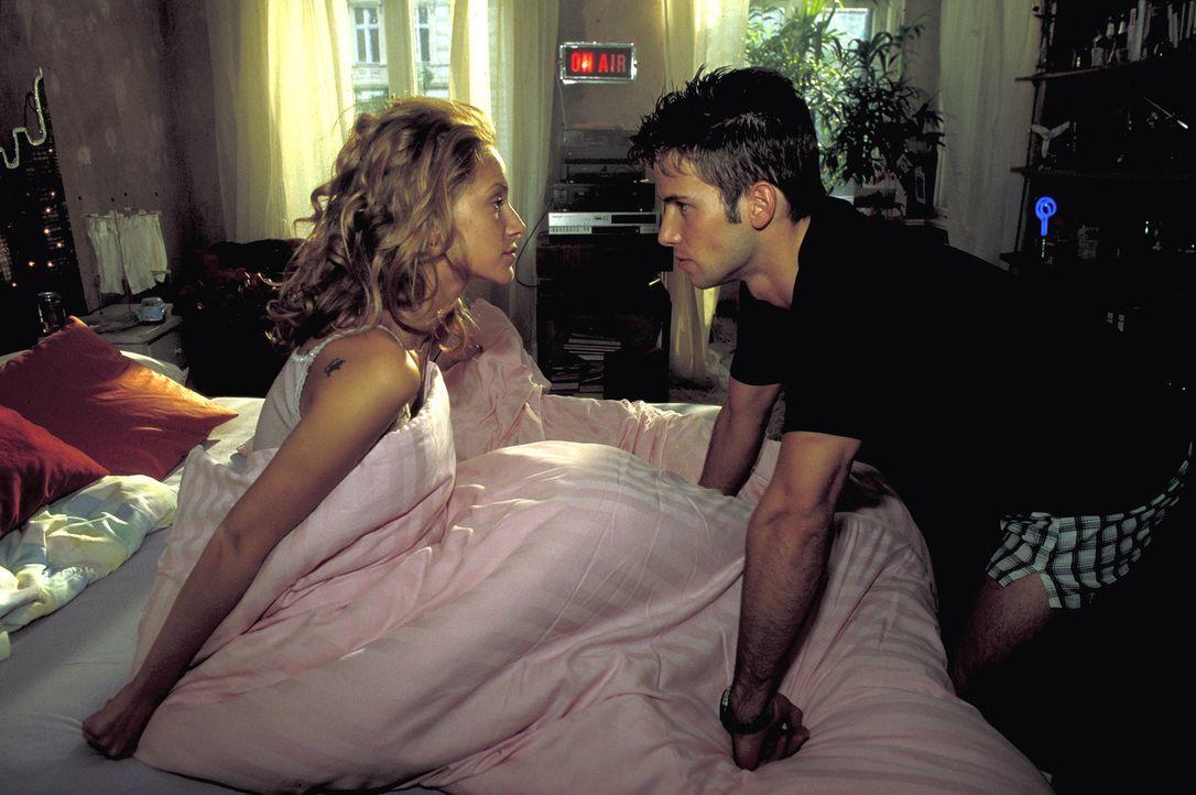 Solange Tanja (Chiara Schoras, l.) mit seinem inhaftierten Bruder befreundet ist, fehlt Dennis (Christian Oliver, r.) der Mut, ihr seine Liebe zu ge... - Bildquelle: Leslie Haslam ProSieben