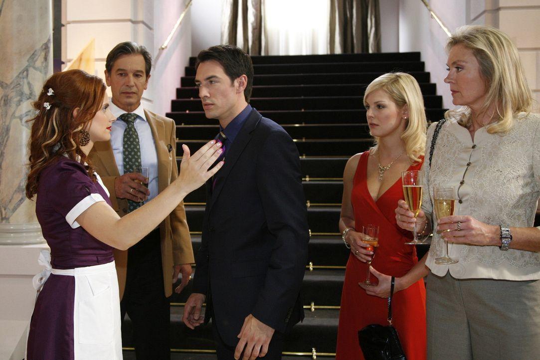 Als Manu (Marie Zielcke, l.) durch eine Intrige der aufstrebenden Hotelmanagerin Gina in eine unangenehme Situation mit einem lüsternen Gast gerät... - Bildquelle: Sat.1