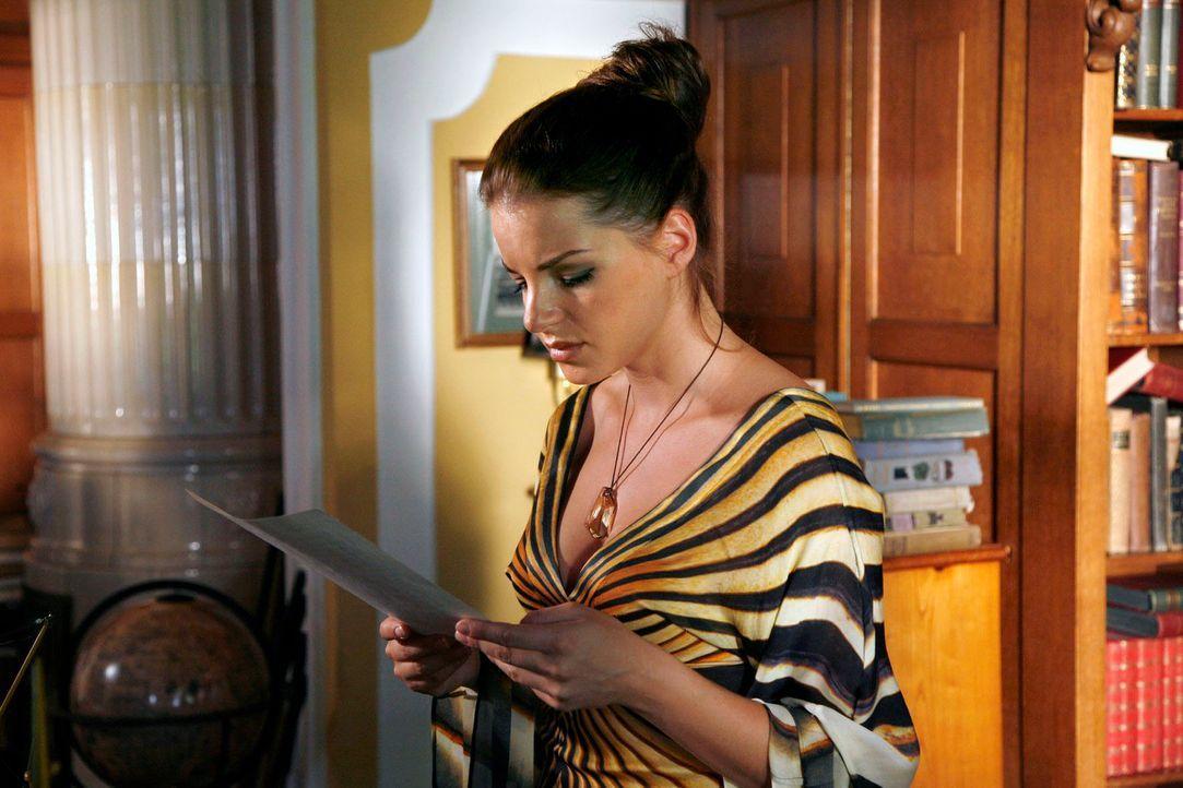 Katrina (Yvonne Catterfeld) entdeckt Unterlagen, die erklären, warum sie geerbt hat ... - Bildquelle: Georg Pauly Sat.1