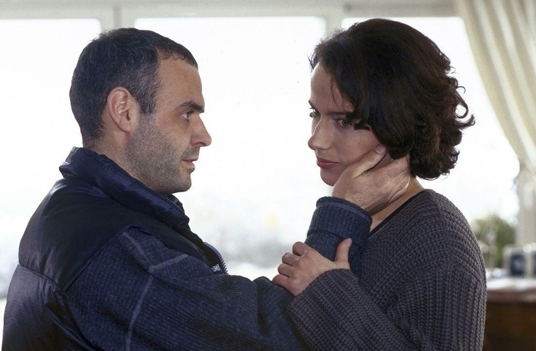 Bruno Hendricks (Jophi Ries, l.) versucht, Anna (Claudia Michelsen, r.) zu beruhigen - doch sie ist fest davon überzeugt, dass es der Frauenmörder a... - Bildquelle: Frank Lemm ProSieben