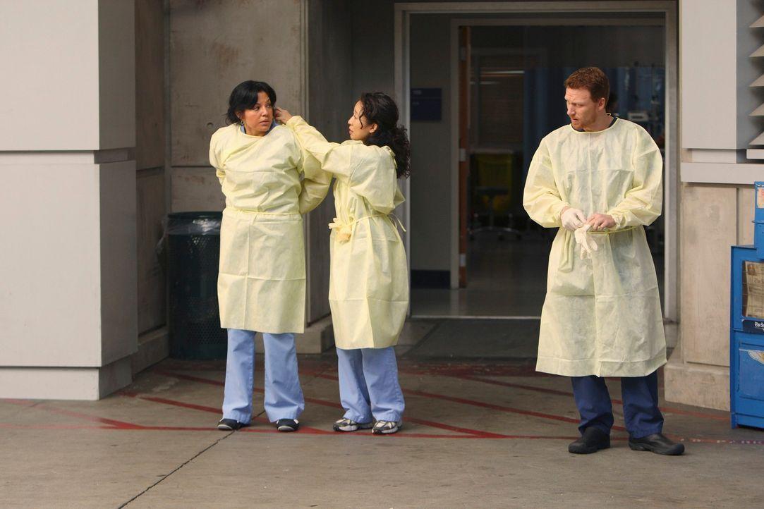 Ein neuer Patient im Seattle Grace: Callie (Sara Ramirez, l.), Cristina (Sandra Oh, M.) und Owen (Kevin McKidd, r.) warten auf den Krankenwagen. Der... - Bildquelle: Touchstone Television