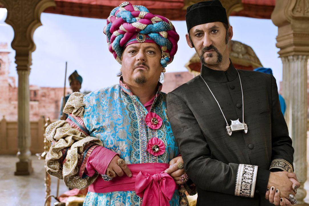 Magier Abrash (Ercan Durmaz, r.) zaubert heimlich den Großwesir Guliman (Jürgen Tarrach, l.) auf den Thron von Mandolan. Der Thron schmeißt diese... - Bildquelle: Disney