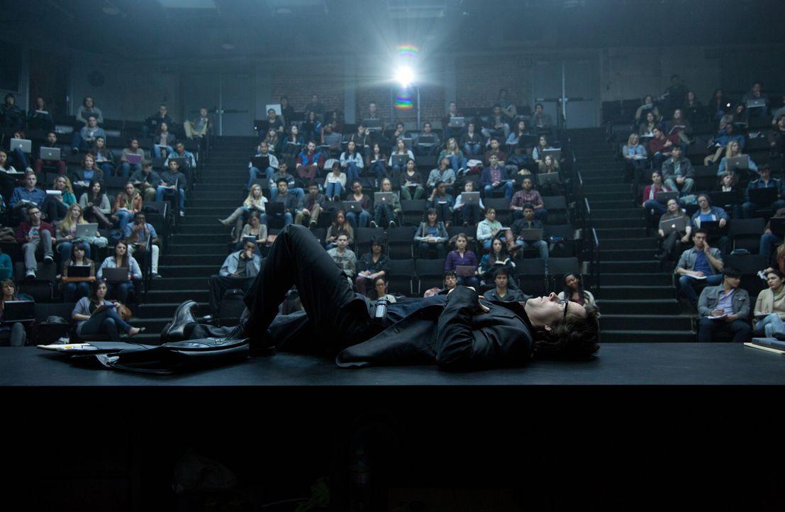 Englisch-Professor Bennett (Mark Wahlberg, liegend) führt ein gefährliches Doppelleben als Zocker. Doch dann verliebt er sich in eine seiner Student... - Bildquelle: Claire Folger 2016 Paramount Pictures