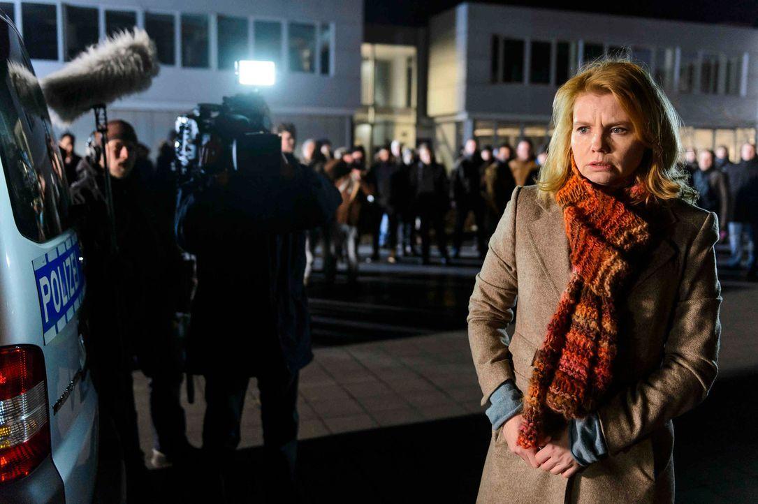 """Der gewaltbereite Mob und die Presse warten schon vor dem Polizeipräsidium auf Claudia (Annette Frier), die Mutter eines """"Mörders"""". Ganz auf sich ge... - Bildquelle: Willi Weber SAT.1"""