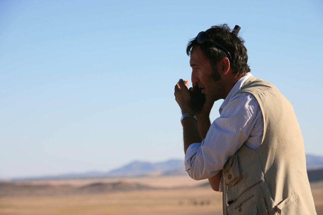 Mitten in der Wüste versucht Tarif (Ercan Durmaz) verzweifelt über sein Satellitentelefon die deutschen Behörden zu warnen. Viel Zeit bleibt ihm nic... - Bildquelle: SAT.1