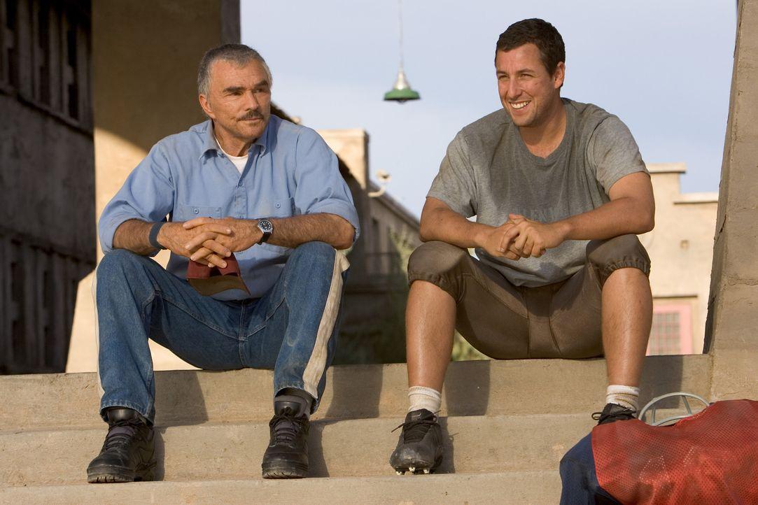Gefängnisdirektor Hazen rechnet nicht damit, dass der ehemalige Footballprofi und Star-Quarterback Paul Crewe (Adam Sandler, r.) einen eigenen Plan... - Bildquelle: Sony 2007 CPT Holdings, Inc.  All Rights Reserved.