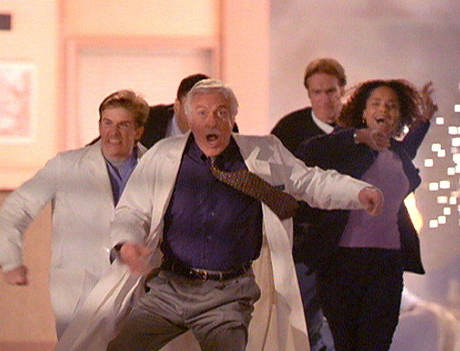 (v.l.n.r.) Jesse (Charlie Schlatter), Mark (Dick Van Dyke), Steve (Barry Van Dyke) und Amanda (Victoria Rowell) flüchten aus dem Krankenhaus, da in... - Bildquelle: Viacom